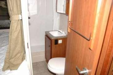 C22-25-salle-bain-motorhome-canada-location-2