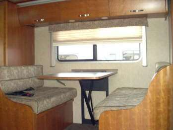 C24D-dinette-location-motorhome-canada