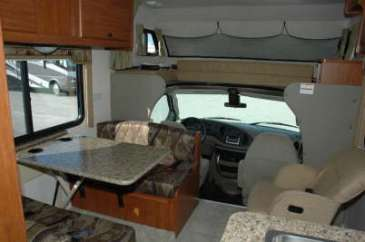 C26-dinette-location-motorhome-canada