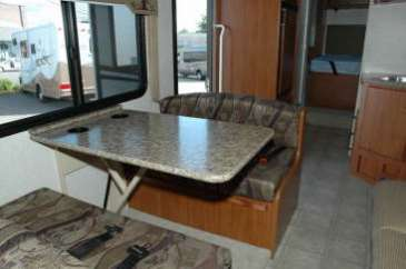 C28-30-dinette-location-motorhome-canada